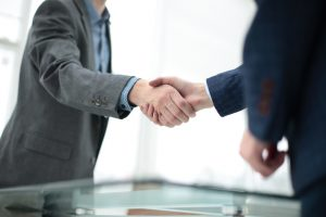 ein handschlag als zeichen für eine vertrauensvolle zusammenarbeit
